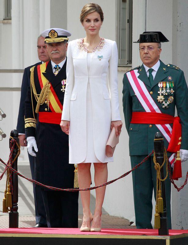 emblemático traje de la proclamación del Rey Felipe XI, pero de color blanco de Felipe Varela