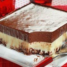 Μια συνταγή για ένα υπέροχο δροσερό γλύκισμα ψυγείου, με βάση με δημητριακά ρυζιού και στρώσεις άσπρης και μαύρης σοκολάτας. Απολαύστε το όλες τις ώρες και