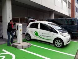"""Hier kommt der """"Sprit"""" aus der Steckdose: an der Ladestation für Elektrofahrzeuge auf dem Campus der FH Kiel."""