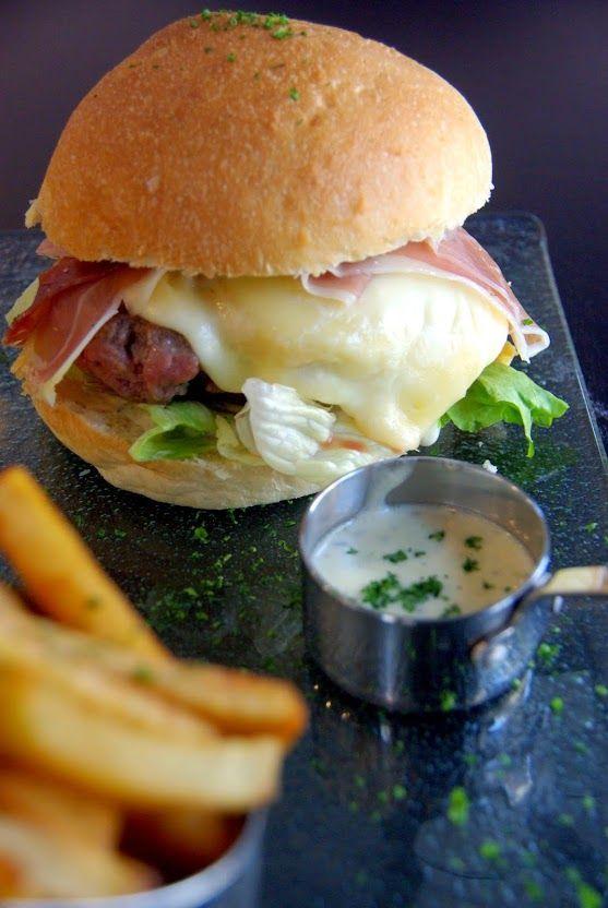 Hamburger Le Montagnard salade, tomate, boeuf, jambon de pays, fromage à raclette, sauce Roquefort, frites maison, restaurant Funfood Le Havre.