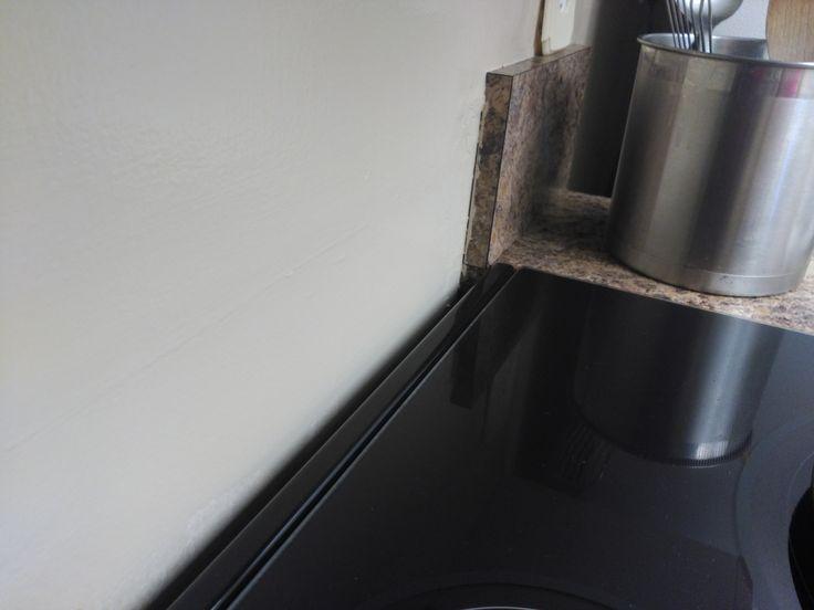 Détail du problème de l'espace créé derrière la cuisinière par l'épaisseur des plinthes.