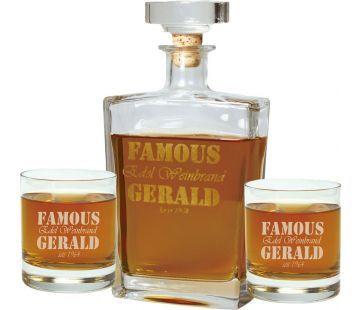 Mit dem Whisky Karaffe mit Gravur Geschenkset haben Sie ein edles Geschenk für jeden Geniesser. Die 2 Whiskey Gläser und die dazugehörende Karaffe kommen in der schwarzen Geschenkverpackung als edles Geschenk daher.