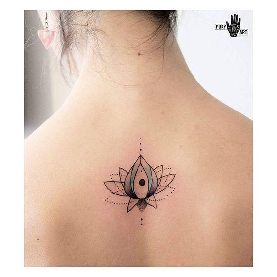 La flor de loto es uno de los diseños más escogidos como tatuaje por su gran simbolismo. Os traemos una gran variedad de fotografías de tatuajes de flor de