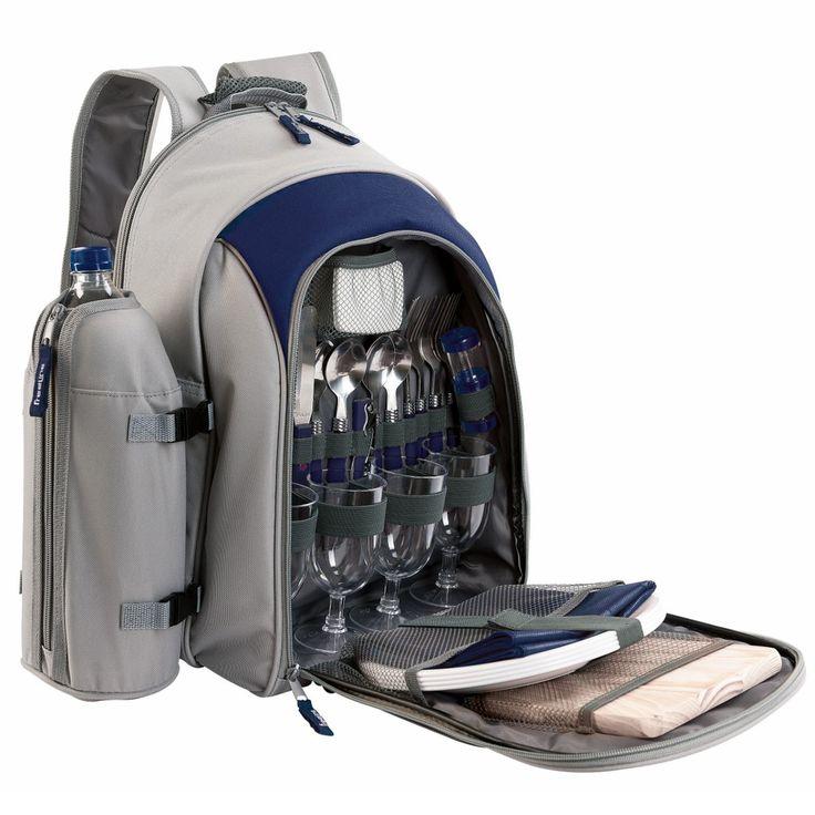 Ein Griff – alles dabei: Der großartige Picknick-Rucksack in Blau oder Rot ist umfassend mit allem ausgestattet, was man zum Draußenessen gern dabeihat. Während im kleinen Fach vorn Decke, Besteck, Geschirr und mehr perfekt verstaut sind, ist das große Rucksackfach gleichzeitig Kühltasche und wird mit Leckereien gefüllt. Picknicken wird jetzt viel schöner!