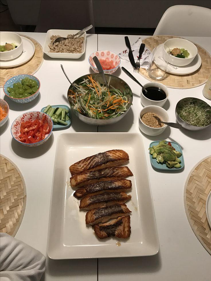 Lohta ja salaatteja. #syödäänyhdessä #teryaki #lohi #slaw
