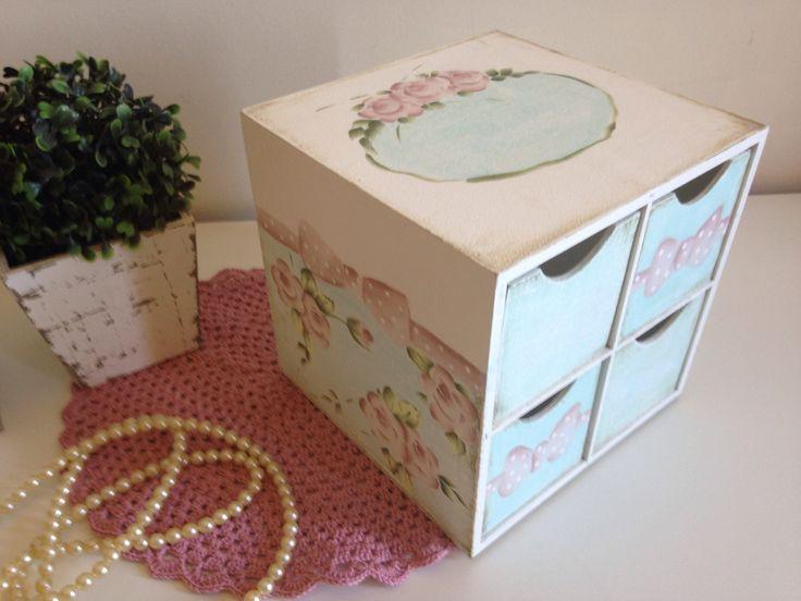 Mini cômoda pintada a mão, trabalhada com listras e rosas, e poa, composta de 04 gavetas auxiliares. <br>Dimensões do produto: 20x18x10(LxCxA)