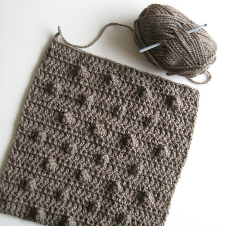 Ik ben bezig om een Kussen te haken, voor op de bank. Het is lekkere dikke wol, dus dat schiet wel op met naald 6! En het is een fijn klusj...