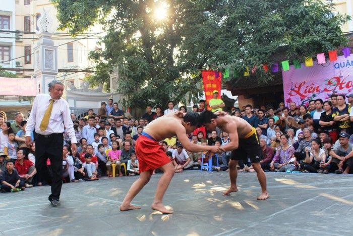Du quatrième au septième jour du premier mois lunaire, un tournoi de lutte traditionnelle est organisé dans la maison communale de l'ancien village de Mai Dông,
