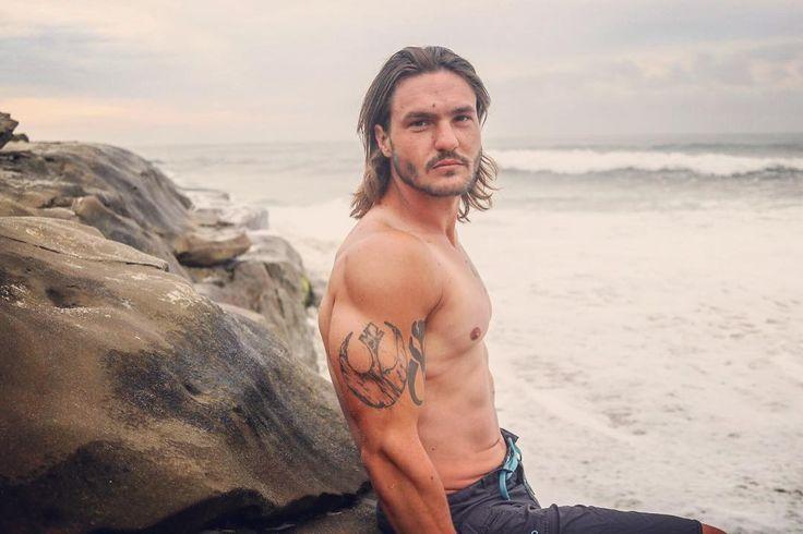 Beach Bum  : @danielh62 . . . #beach #lajolla #windandsea #photoshoot #photography #longhair #tattoos #geek #nerd #starwars #rebel #mandalorian #model #actor #bodybuilding #physique #menshealth #bulk #flex #pump #fitness #fitnessmodel #beard #losangeles #constructionworker