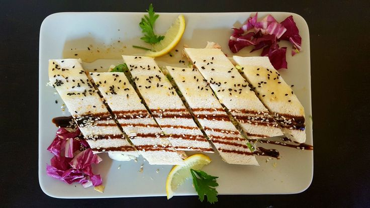 Tramezzino di tonno, insalata e carciofini grigliati con crema di limone e crema di soia