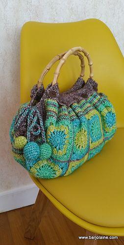 Ce sac réalisé au crochet, se compose d'une partie en grannies et d'une bordure simple.