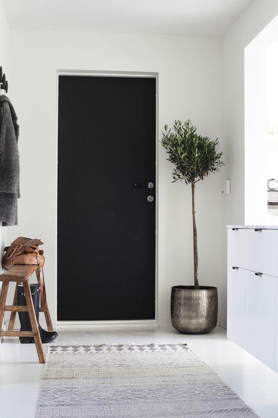 Black Door. Polished Entryway. Elisabeth Heier. Pinned By #MoozaDesigns www.MoozaDesigns.com.au www.Instagram.com/MoozaDesigns www.Facebook.com/MoozaDesigns