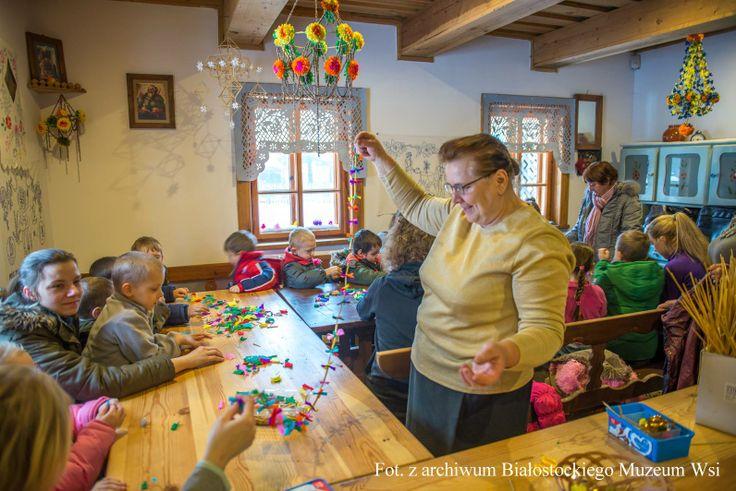 Święta Bożego Narodzenia to czas wyjątkowy - naznaczony pięknymi rodzinnymi tradycjami – słania świątecznych kart z życzeniami, wspólnego zdobienia choinki czy dzielenia się opłatkiem. W Białostockim Muzeum Wsi rokrocznie organizujemy warsztaty, przypominające dawne obyczaje.