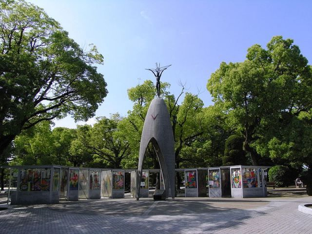 sadako turna kuşu-II. Dünya Savaşı'nı sona erdirmek amacıyla, Amerika Birleşik Devletleri'nin Hava Kuvvetleri tarafından Hiroşima'ya atom bombası atıldığında küçük kız bu şehirde yaşıyordu. Atom bombasının yaydığı radyasyon sonucu Sadako Sasaki 10 yıl sonra öldü. Sadako'nun gösterdiği cesaret, onu Japon çocuklarının gözünde kahraman yaptı. Bu Sadakonun hikâyesi'ydi.