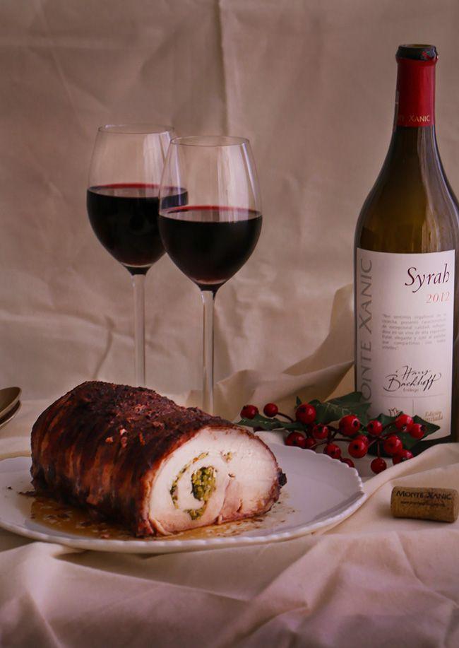 Lomo de Cerdo Relleno con aceitunas y alcaparras es ideal para una cena familiar, con una rica salsa de vino tinto que lo llena de sabor y un dulce aroma.