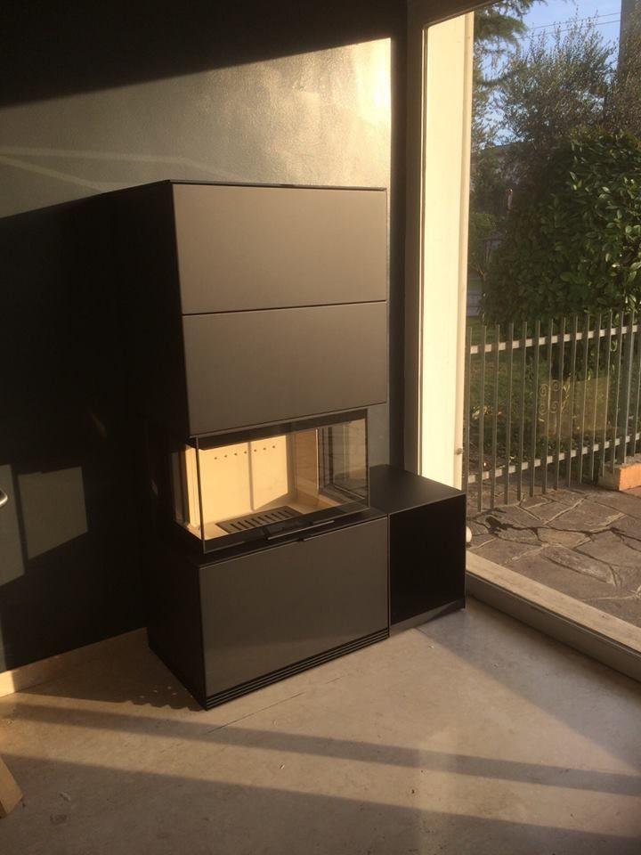 Contura i51 Acciaio nero. Il camino ideale per una casa moderna: ampi vetri laterali ed una generosa camera di combustione. Le origine: VENTURATO GIANCARLO
