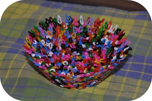 Här hemma använder vi hur många pärlor som helst, men för att få lite variation från de vanliga pärlplattorna gjorde jag härom dagen skålar av pärlorna. Skålarna är till Alices kök och blir nog en av presenternatill hennes adventskalender. Material: En skål (som tål att vara i ugnen) Pärlor matolja Sådan gör du: Smörj Läs hela Skål av hama-pärlor