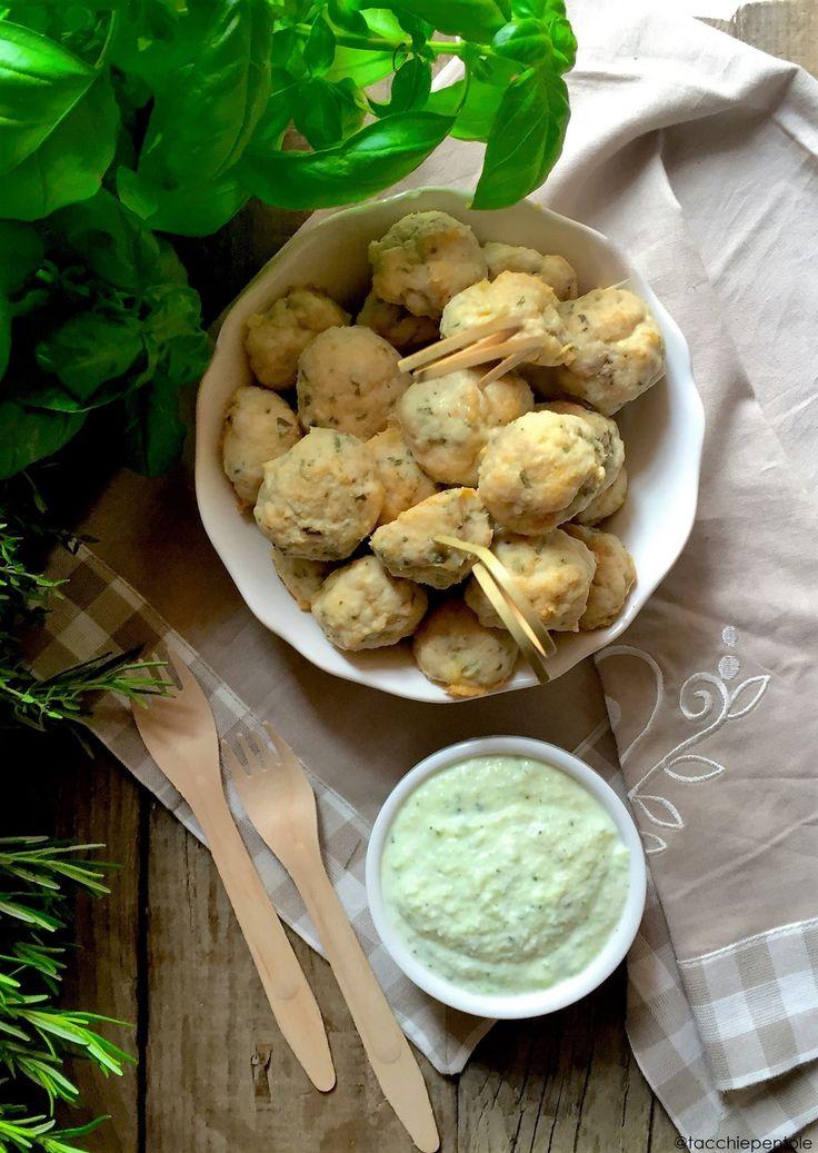POLPETTINE DI POLLO CON SALSA TZATZIKI Ingredienti per 4 persone: Per le polpette: 400 g di petto di pollo macinato 200 g di pane raffermo 1 uovo 2 spicchi d'aglio 2 rametti di rosmarino ½ bicchiere di latte tiepido Sale e pepe q.b. Per la salsa: 250 g di yogurt greco 2 cucchiai di olio extravergine 2 spicchi d'aglio 2 cucchiaini di aneto tritato 1 cetriolo 1 cucchiaino di aceto 1 pizzico di sale Procedimento: Ammorbidite il pane secco con il latte tiepido, poi unite la carne, l'uovo, il…
