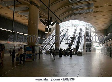 escalators-at-canary-wharf-station-london-underground-cross-rail-e6e13f.jpg (436×320)