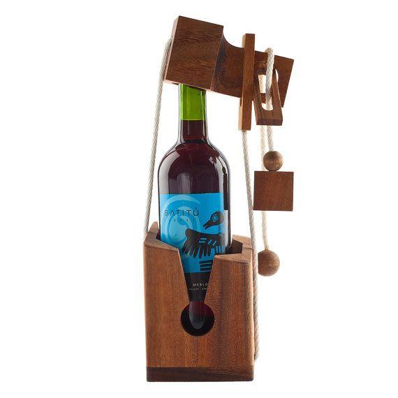 He encontrado este interesante anuncio de Etsy en https://www.etsy.com/es/listing/163047383/no-romperlo-vino-puzzle-enigma