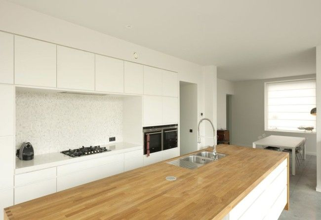 Witte keuken. Blok met houten werkblad