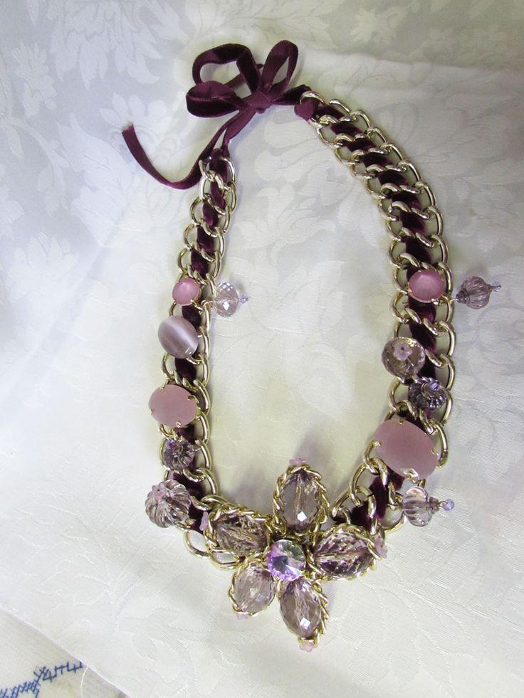 collana con catene intrecciata con nastro di velluto impreziosita con pietre