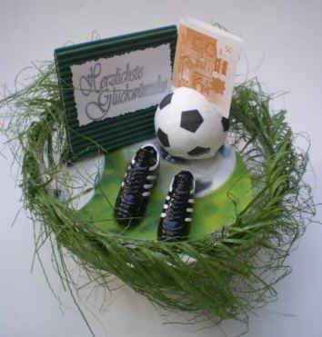 Geldgeschenk Fur Fussballfreunde Made By Bastelversand Fussballgeschenke