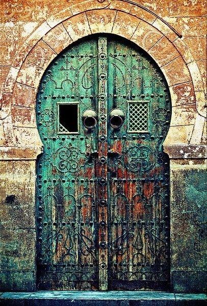 Antigua puerta marroquí, desgastado y oxidado.