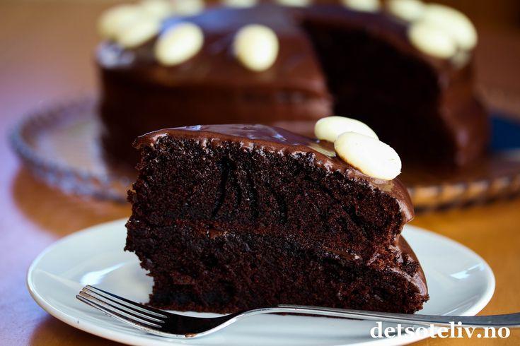 Sponset innlegg. Gresk yoghurt gjør denne sjokoladekake usedvanlig myk og deilig! Perfekt kake til helgen!