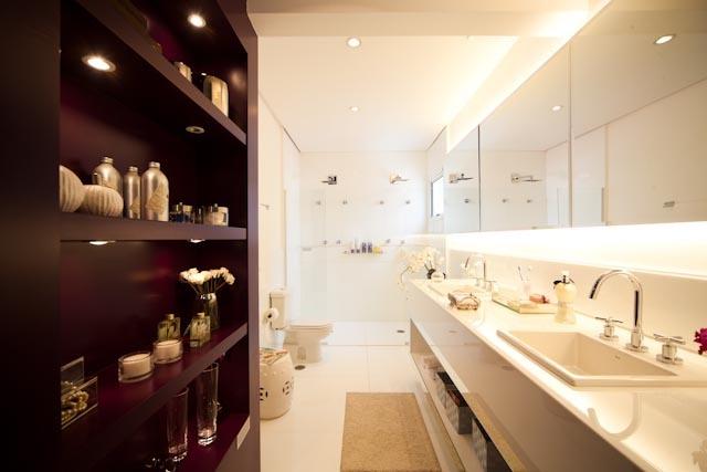A bancada com cubas esculpidas e o piso do banheiro da suíte master são de ma -> Nicho Banheiro Marmoglass