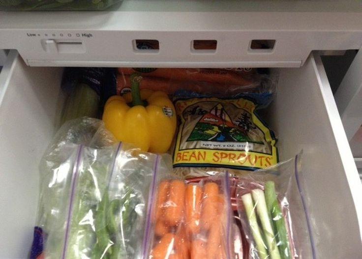Хранение овощей На дно ящика для овощей в холодильнике постелите бумажные полотенца. Они поглощают лишнюю влагу и не допускают таким образом быстрого загнивания овощей.