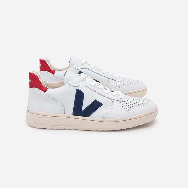 """Des Veja Pour fêter ses 10 ans, la marque de sneakers équitables se fend d'un modèle tout-terrain (il faut bien faire le chemin de l'Amazonie à la rue de Marseille) qui a déjà tout du best-seller. Sneakers """"V10"""", Veja, 120€ chez Centre Commercial."""