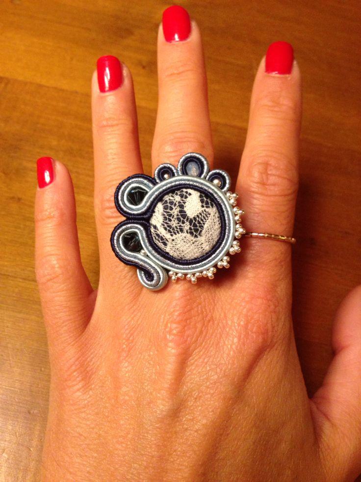 Anello Blu Navy realizzato con soutache in tre sfumature, Swarovski e bottone centrale in tessuto e pizzo! Gaia Ideas - Soutache&more