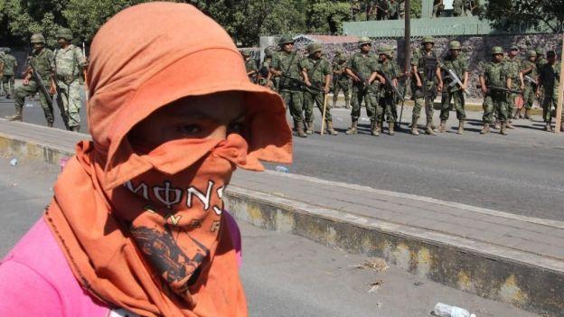 Mueren 2 por choque entre militares y autodefensas en Michoacán