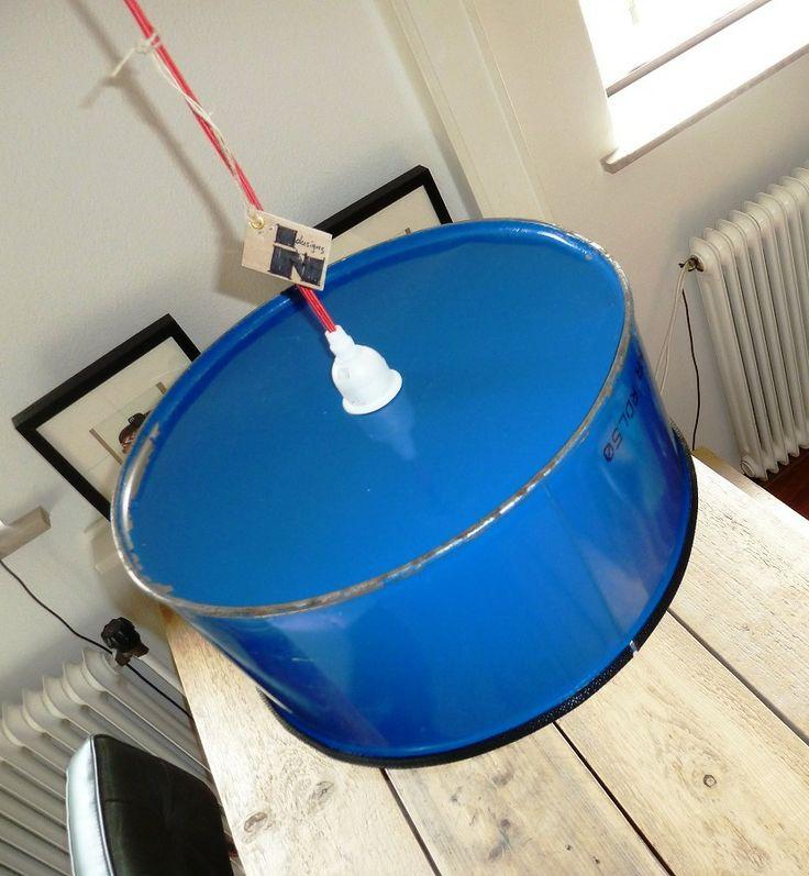 Blauwe hanglamp boven de eettafel. www.indusigns.nl