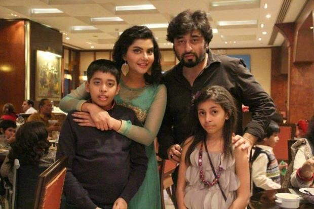 Yasir Nawaz & Nida Yasir with kids:  Yasir Nawaz great actor and director with his wife Nida Yasir who is currently hosting a morning show taking picture with their two kids, a complete family photograph.