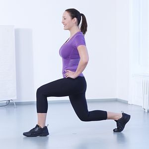 *Stehna*   2. Výpady na všechny strany: Postavte se s nohama na šířku boků a udělejte výpad tak, že pravou nohou ukročíte co nejdál do strany, pokrčíte ji a zároveň napnete levou nohu. Pak se z pravé paty odrazte a vraťte se do výchozí pozice. Pokračujte výpadem pravou nohou vpřed, vraťte se, pak levou nohou vpřed, pak levou nohou do strany, pak levou nohou vzad a nakonec pravou nohou vzad. Záda a pánev držte kolmo k zemi a břicho zatažené. Celou sérii zopakujte 5krát na každou nohu.