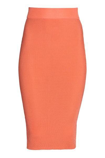 Fustă reiată: Fustă cambrată, până la gambă, tricotată cu model reiat, cu aspect lucios, cu elastic lat în talie.