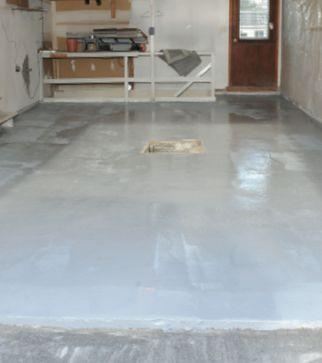 Réparation du plancher, construction et installation de nouvelles armoires: suivez avec nous les différentes étapes de transformation de ce garage.