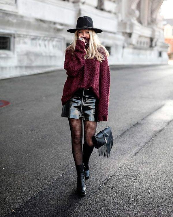 Look com saia de vinil, tricot turtleneck, chapéu, meia calça e coturno.