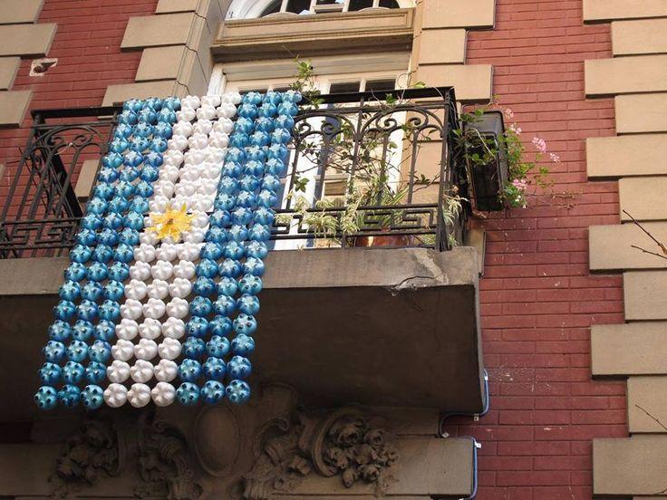 Bandera Argentina hecha con fondo de botellas plasticas. Divine!!
