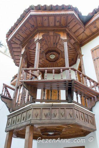 bir Akyaka evinin balkonundaki ince ahşap işçiliği