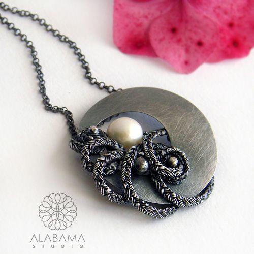 ALABAMA - Otul mnie - asymetryczny wisior z perłą i srebrnym warkoczem