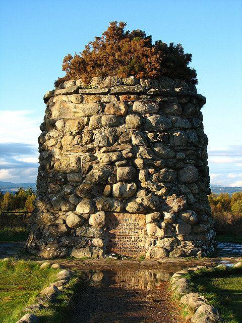 el Culloden Memorial (la batalla de Culloden (Gaélico escocés: Blàr Chùil Lodair) fue el enfrentamiento final del levantamiento de Jacobite de 1745. En 16 de abril de 1746, de las fuerzas de Jacobite de Charles Edward Stuart combatieron las tropas leales comandadas por William Augustus, duque de Cumberland cerca Inverness en las Highlands escocesas