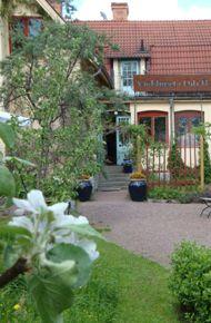 Värdshuset i vårskrud. Dala-Floda Värdshus, tidigare Jonases Värdshus, är ett klassiskt pensionat med hundraårig tradition beläget i södra Dalarna ca 4 mil väster om Borlänge.