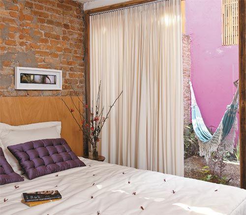 A escada que desce da sala leva ao quarto do arquiteto Paulo Alves, aberto para um terraço com helicônias. Uma chapa de compensado faz as vezes de cabeceira.