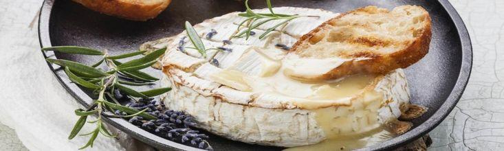 A rántott camembert népszerű kedvenc, de a sütőben sült, fűszerezett camembert sajt sokkal egyszerűbb, percek alatt, alig egy kis munkával zseniális vacsora vagy vendégváró készülhet belőle!
