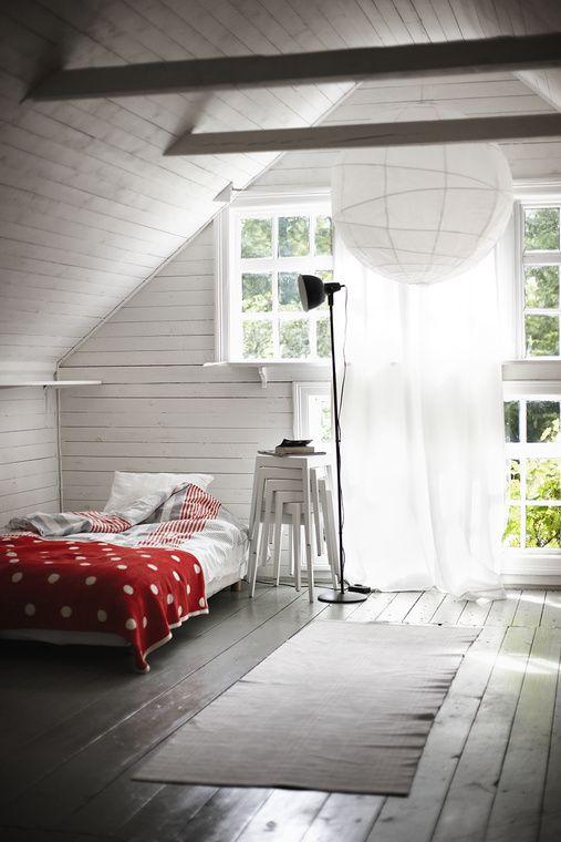 white and brightPolka Dots, White Spaces, Attic Bedrooms, Attic Spaces, Bedrooms Design, Beds Room, Design Bedrooms, Attic Room, Bedrooms Decor