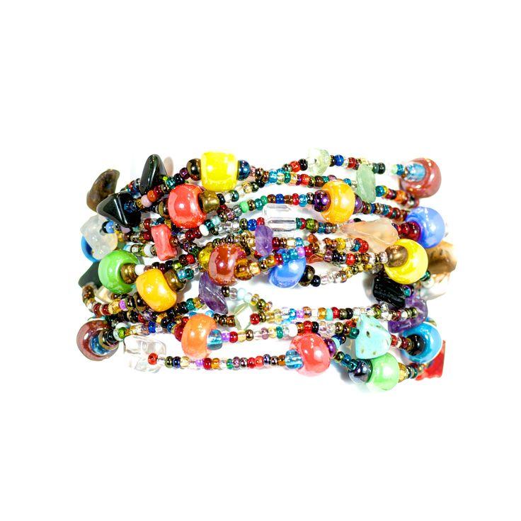 Erupción 12 multicolour #armband i regnbågens färger - 12 pärlband hänger i snyggt kaos runt handleden.