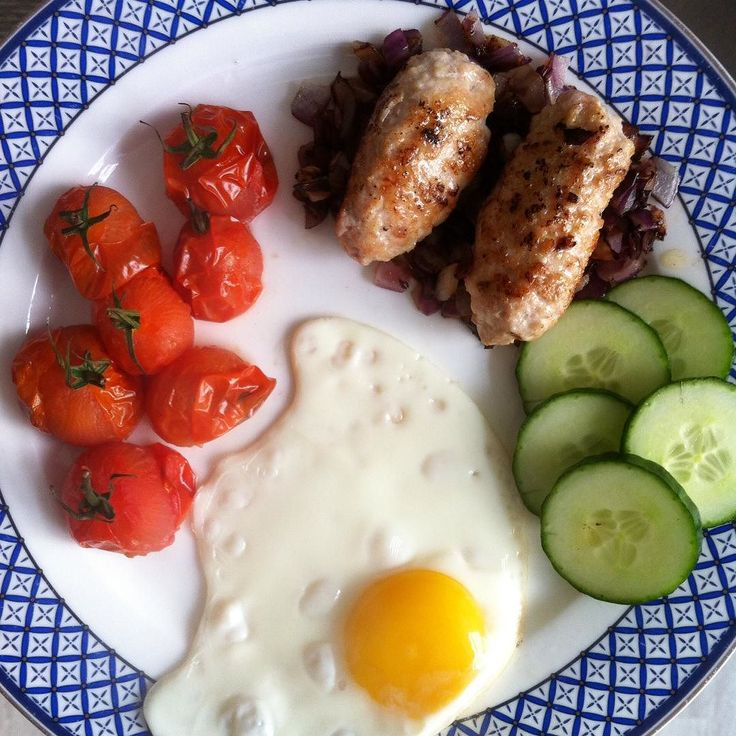 English breakfast om de dag te beginnen (worstjes zijn volledig van kip dus geen cheatmeal hoor). Straks cardio at the gym op mijn actieve rustdag. Eerst dit ontbijt maar even laten zakken denk ik #lowcarb #zondagsontbijt by suus_oam